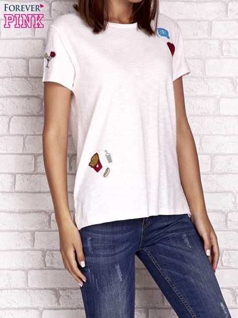 Brzoskwiniowy t-shirt z kolorowymi naszywkami                                  zdj.                                  1