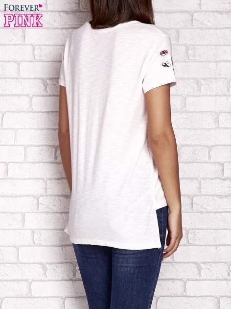 Brzoskwiniowy t-shirt z kolorowymi naszywkami                                  zdj.                                  4
