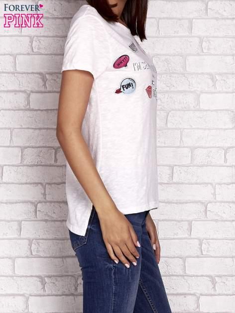 Brzoskwiniowy t-shirt z kolorowymi naszywkami i napisem                                  zdj.                                  3