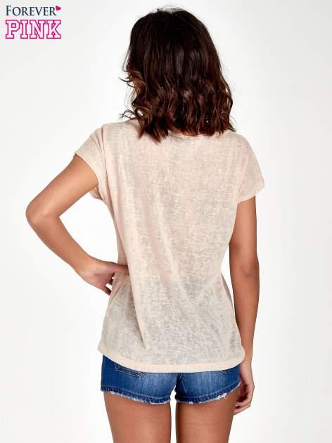 Brzoskwiniowy t-shirt z kryształkami na rękawach                                  zdj.                                  4