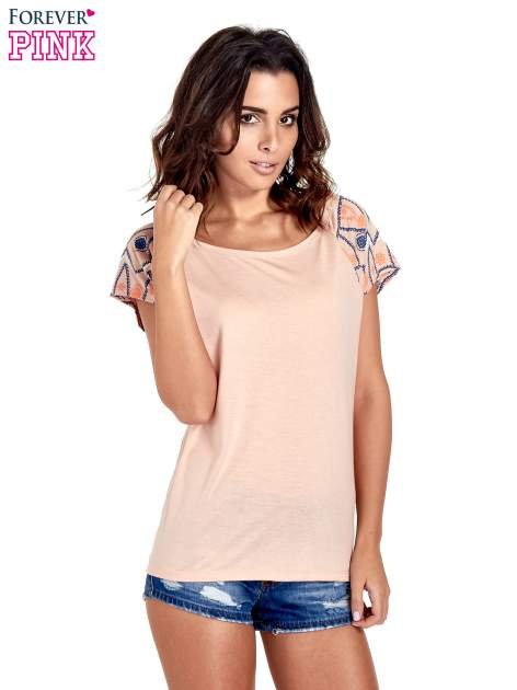 Brzoskwiniowy t-shirt z rękawkami w motyw etno                                  zdj.                                  1
