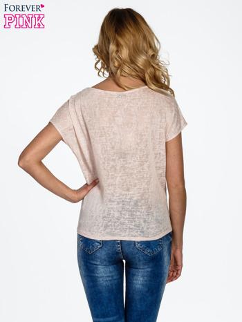 Brzoskwiniowy t-shirt z węzłem zdobiony kryształkami                                  zdj.                                  4