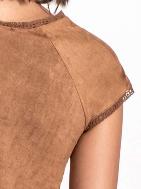 Camelowa sukienka z zamszu w stylu boho                                  zdj.                                  5