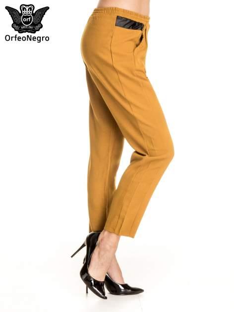 Camelowe spodnie materiałowe ze skórzaną wstawką                                   zdj.                                  3