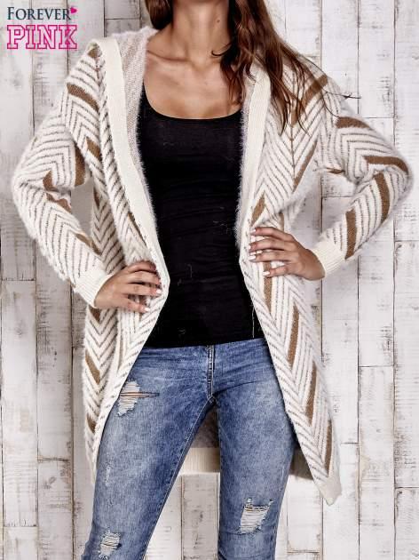 Camelowy włochaty sweter z kapturem                                  zdj.                                  2