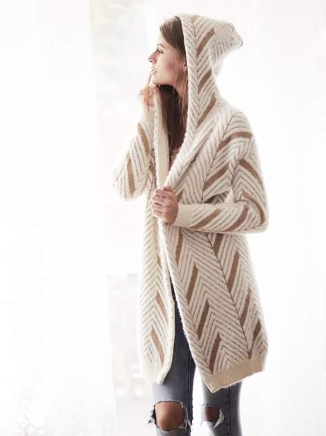 Camelowy włochaty sweter z kapturem                                  zdj.                                  11