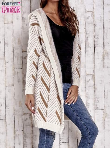 Camelowy włochaty sweter z kapturem                                  zdj.                                  4