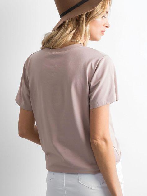 Ciemnobeżowa koszulka z błyszczącą aplikacją                              zdj.                              2