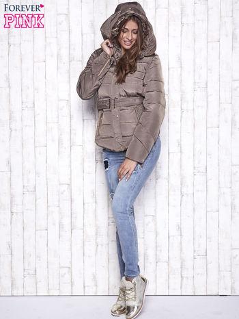 Ciemnobeżowa zimowa kurtka z futrzanym kapturem i paskiem                                  zdj.                                  6