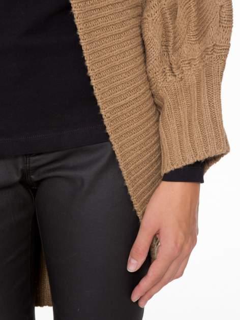Ciemnobeżowy dziergany sweter typu otwarty kardigan                                  zdj.                                  6
