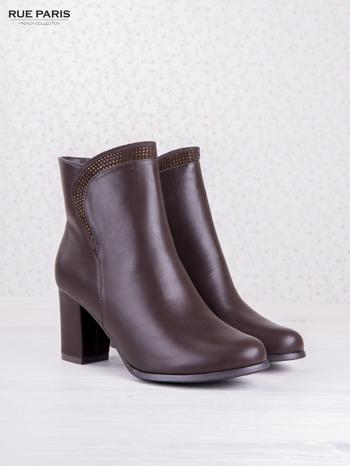 Ciemnobordowe botki eco leather na słupku z błyszczącymi dżetami i asymetryczną cholewką                                  zdj.                                  2