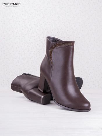 Ciemnobordowe botki eco leather na słupku z błyszczącymi dżetami i asymetryczną cholewką                                  zdj.                                  3