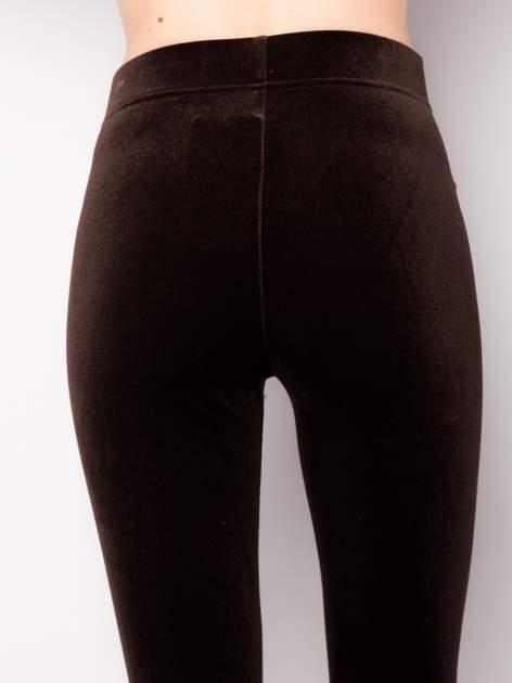 Ciemnobrązowe legginsy z weluru                                  zdj.                                  5
