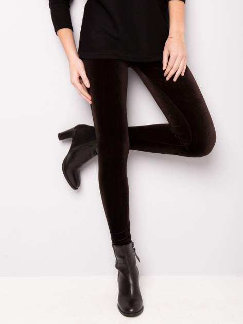 Ciemnobrązowe legginsy z weluru                                  zdj.                                  1