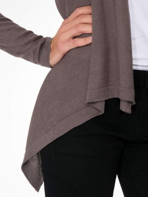 Ciemnobrązowy otwarty sweter z kaskadowymi bokami                                  zdj.                                  5