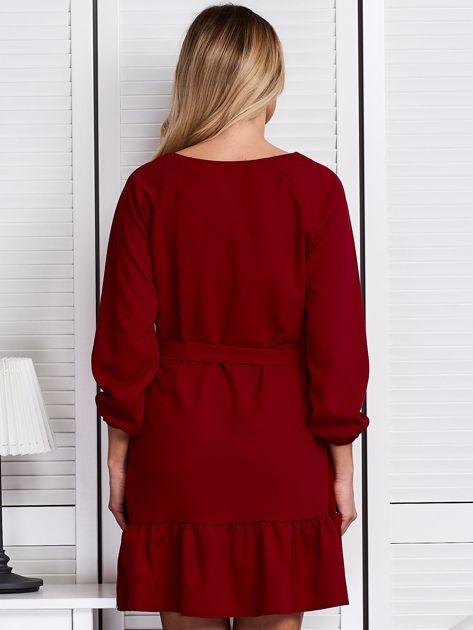 Ciemnoczerwona sukienka z falbaną i wiązaniem                              zdj.                              2