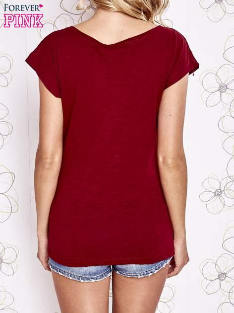 Ciemnoczerwony t-shirt z motywem gwiazdy i dżetami                                  zdj.                                  2