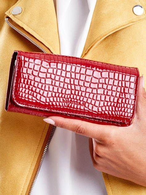 Ciemnoczerwony tłoczony portfel z ekoskóry
