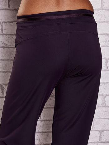 Ciemnofioletowe spodnie capri z surowym wykończeniem PLUS SIZE                                  zdj.                                  6