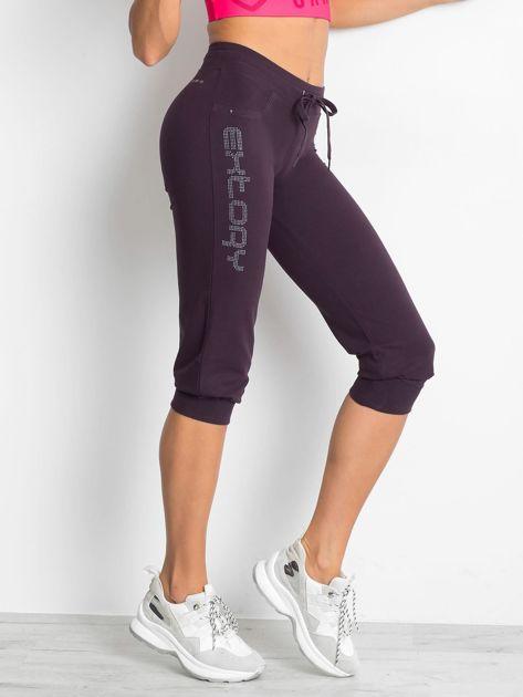 Ciemnofioletowe spodnie dresowe capri z napisem EXTORY                                  zdj.                                  1