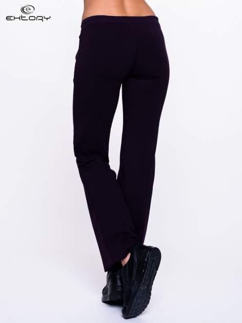 Ciemnofioletowe spodnie dresowe z kieszeniami na suwaki                                  zdj.                                  2