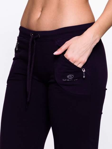 Ciemnofioletowe spodnie dresowe z kieszeniami na suwaki                                  zdj.                                  5