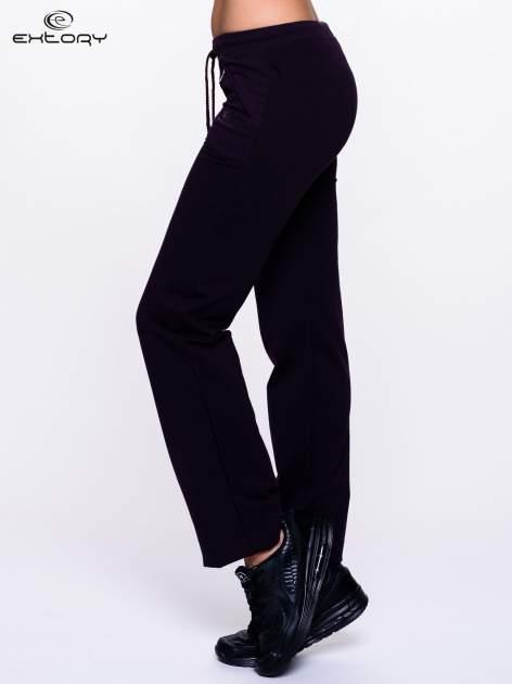 Ciemnofioletowe spodnie dresowe z kieszeniami na suwaki                                  zdj.                                  3
