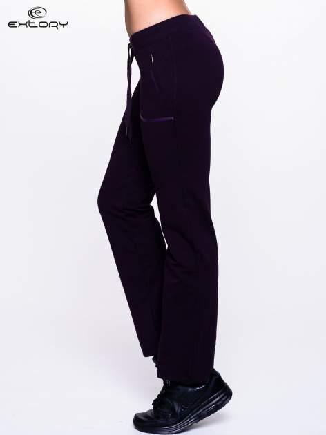Ciemnofioletowe spodnie dresowe ze skórzaną lamówką                                  zdj.                                  3