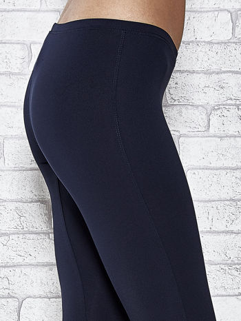 Ciemnogranatowe legginsy sportowe termalne z dżetami na nogawkach                                  zdj.                                  5
