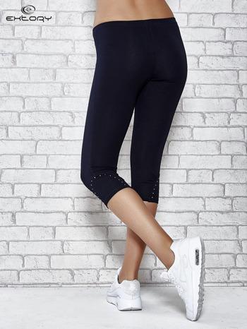 Ciemnogranatowe legginsy sportowe z dżetami i marszczoną nogawką za kolano                                  zdj.                                  3