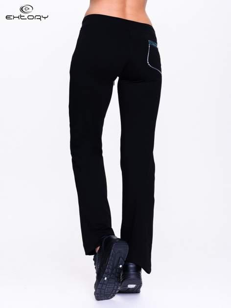 Ciemnogranatowe spodnie dresowe z granatową wstawką                                  zdj.                                  2