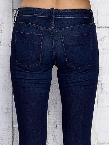 Ciemnogranatowe spodnie jeansowe z suwakami na nogawkach                                  zdj.                                  6