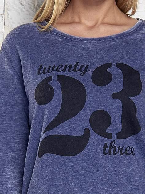 Ciemnoniebieska bluza acid wash z cyfrowym nadrukiem                                  zdj.                                  7