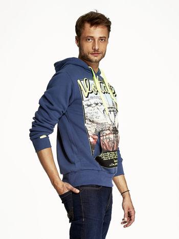 Ciemnoniebieska bluza męska z industrialnym nadrukiem                              zdj.                              3