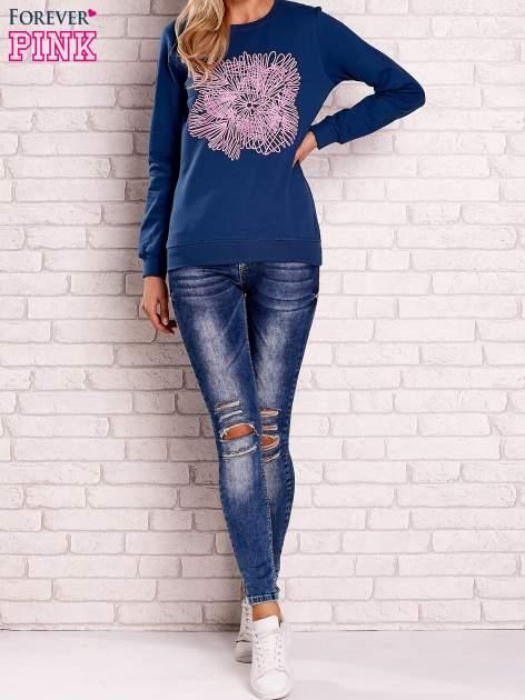 Ciemnoniebieska bluza z kolorowym nadrukiem                                  zdj.                                  2
