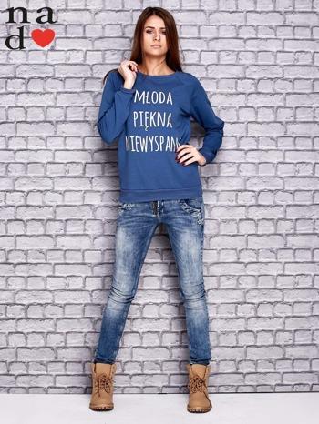 Ciemnoniebieska bluza z napisem MŁODA PIĘKNA NIEWYSPANA                                  zdj.                                  2