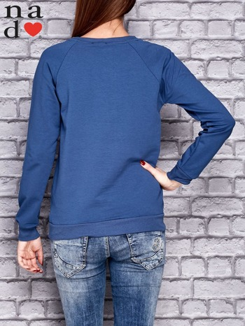 Ciemnoniebieska bluza z napisem MŁODA PIĘKNA NIEWYSPANA                                  zdj.                                  4