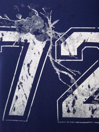 Ciemnoniebieska bluza z numerem w stylu collage                                  zdj.                                  4