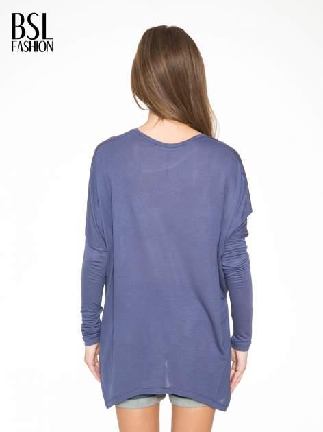 Ciemnoniebieska bluzka z asymetrycznym cięciem na dole                                  zdj.                                  4