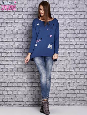 Ciemnoniebieska bluzka z naszywkowymi nadrukami                                  zdj.                                  2