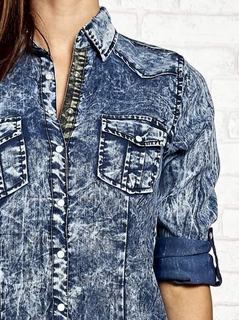 Ciemnoniebieska denimowa koszula z motywem acid wash                                  zdj.                                  6