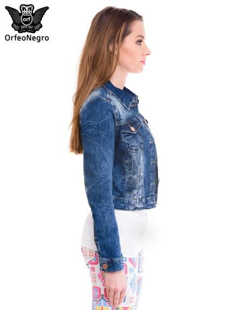 Ciemnoniebieska kurtka jeansowa damska z efektem gniecenia                                  zdj.                                  3