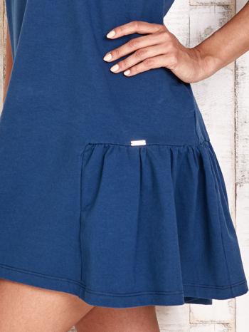 Ciemnoniebieska sukienka dresowa z falbanami z boku                                  zdj.                                  5