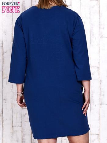Ciemnoniebieska sukienka dresowa z napisem BABE PLUS SIZE                                  zdj.                                  5