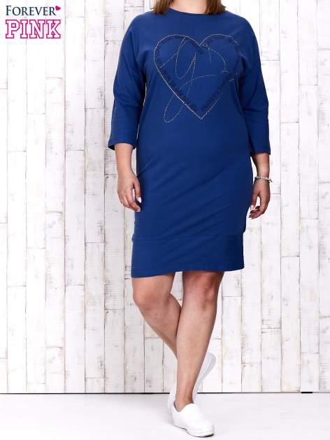 Ciemnoniebieska sukienka dresowa z sercem z dżetów PLUS SIZE                                  zdj.                                  4