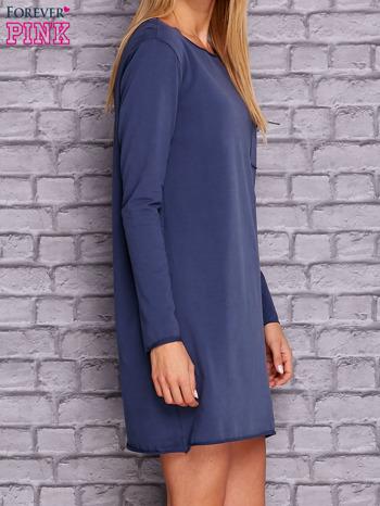 Ciemnoniebieska sukienka z ozdobną przypinką                                  zdj.                                  3
