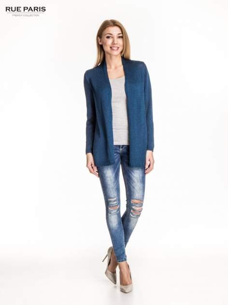 Ciemnoniebieski otwarty sweter z błyszczącą nitką                                  zdj.                                  2