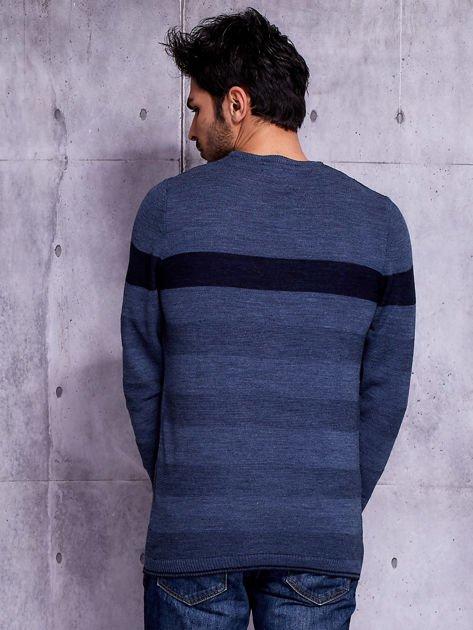 Ciemnoniebieski sweter męski z kontrastową wstawką                              zdj.                              2