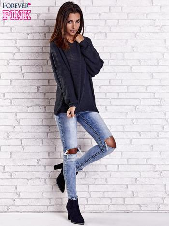 Ciemnoniebieski sweter oversize z rozcięciami po bokach                                  zdj.                                  3