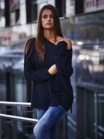 Ciemnoniebieski sweter oversize z rozcięciami po bokach                                  zdj.                                  1